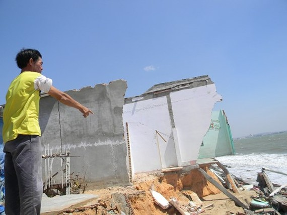 Người dân đau lòng nhìn nhà của mình bị cuốn trôi