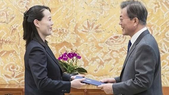 Tổng thống Hàn Quốc Moon Jae-in (bìa phải) nhận thư của nhà lãnh đạo Triều Tiên Kim Jong Un từ đặc phái viên Kim Yo-jong. Ảnh: YONHAP