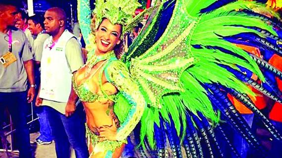 Lần đầu tiên trong lịch sử lễ hội Rio Canival, vũ công chính  không phải người Brazil mà là cô Samantha Flores, người Anh