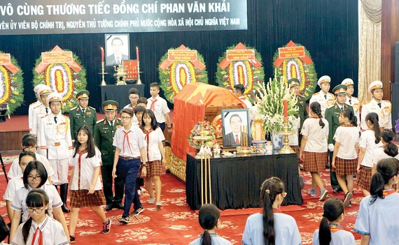 Các thiếu niên quận 5 (TPHCM) đến viếng nguyên Thủ tướng Phan Văn Khải.     Ảnh: HOÀNG HÙNG