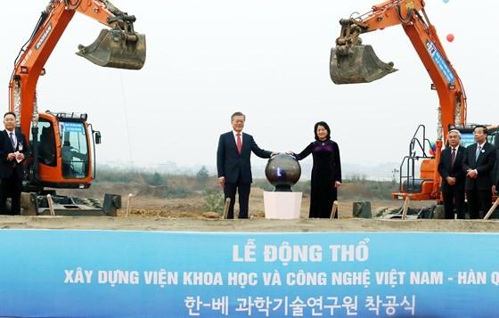 Tổng thống Hàn Quốc Moon Jae-in và Phó Chủ tịch nước Đặng Thị Ngọc Thịnh thực hiện nghi lễ động thổ xây dựng Viện VKIST. Ảnh: TRẦN BÌNH