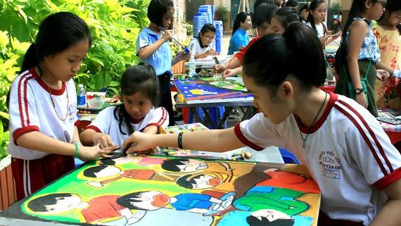 Các thí sinh thể hiện tài năng hội họa của mình tại Nét vẽ xanh 2018