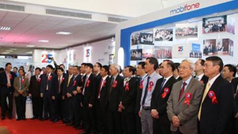 Các vị đại biểu tham quan khu trưng bày thành tựu MobiFone 25 năm