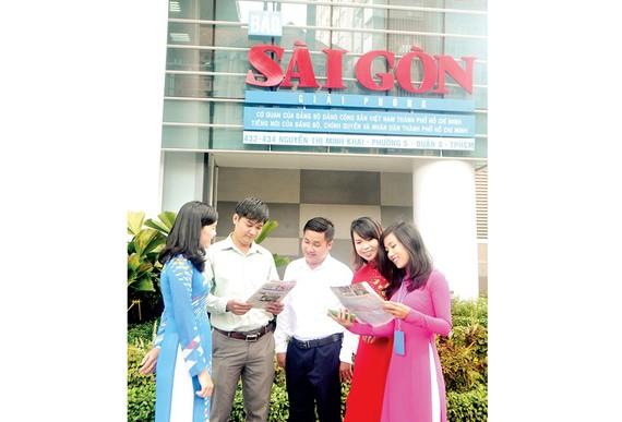 Đoàn viên, thanh niên Báo SGGP trao đổi trước Tòa nhà Văn hóa - Nghiệp vụ. Ảnh: Thái Bằng