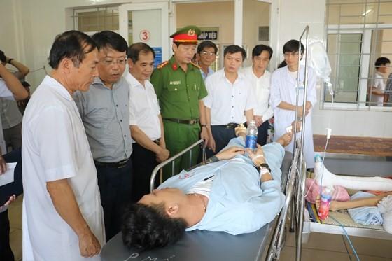 Lãnh đạo UBND tỉnh Hà Tĩnh và các cơ quan chức năng đến thăm hỏi, động viên các nạn nhân đang nằm điều trị tại Bệnh viện Đa khoa tỉnh Hà Tĩnh