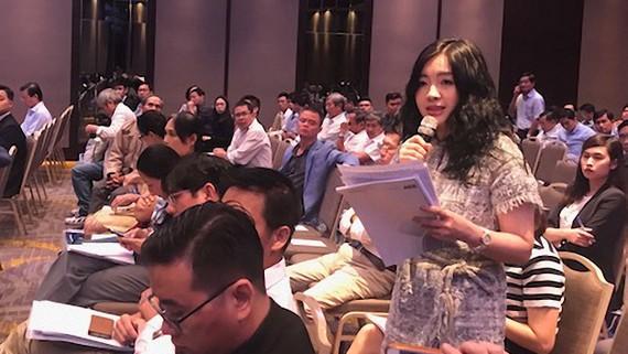 Cổ đông chất vấn về nhân sự cấp cao tại đại hội đồng cổ đông 2018 của Ngân hàng ACB.   Ảnh: HUY ANH