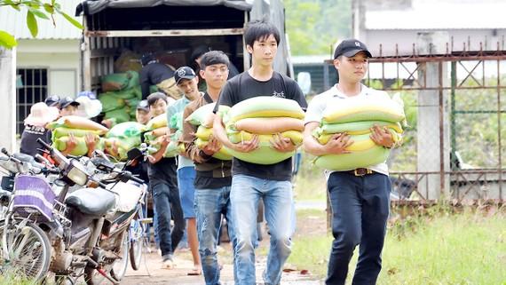 Nhóm thiện nguyện Bụi kết nối mang đến xã Phan Sơn 595 phần quà tặng học sinh và hộ nghèo