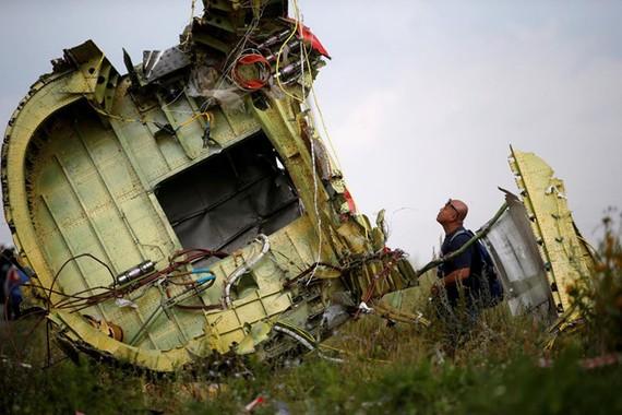 Một điều tra viên tại hiện trường vụ rơi máy bay vào năm 2014. Ảnh: REUTERS