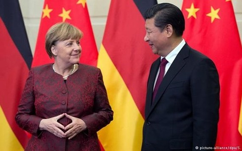 Thủ tướng Đức Merkel (trái) và Chủ tịch Trung Quốc Tập Cận Bình. Ảnh: DPA