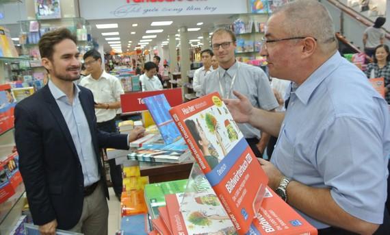 Các nhà xuất bản tham dự một hội chợ sách