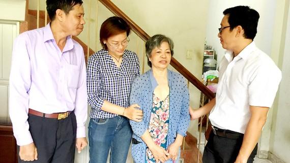 Đồng chí Phan Tiến Đức, Phó Bí thư Thường trực Đảng ủy phường Tân Thành, (bìa phải) trực tiếp gặp gỡ, tiếp xúc với người dân địa phương