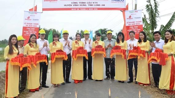 Nghi thức cắt băng khánh thành các công trình cầu tại huyện biên giới Vĩnh Hưng, tỉnh Long An