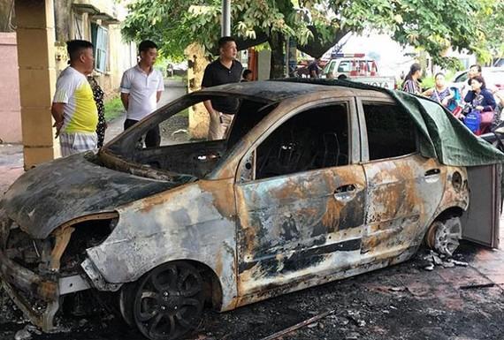 Chiếc xe Kia Morning của Đại úy Hoàng Phú Duy bị cháy trơ khung. Ảnh: VTC