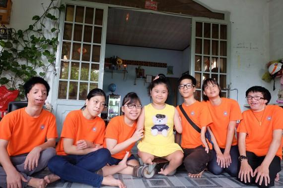 Các em nhỏ nhiễm chất độc da cam của Làng Hòa Bình thăm cô bé chim cánh cụt Nguyễn Hoài Thương (Củ Chi)