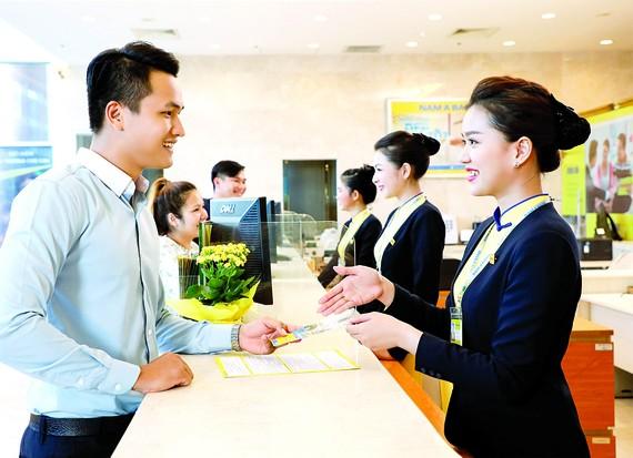 Nhiều ngân hàng tăng lãi suất để thu hút khách hàng gửi tiền Ảnh: HUY ANH
