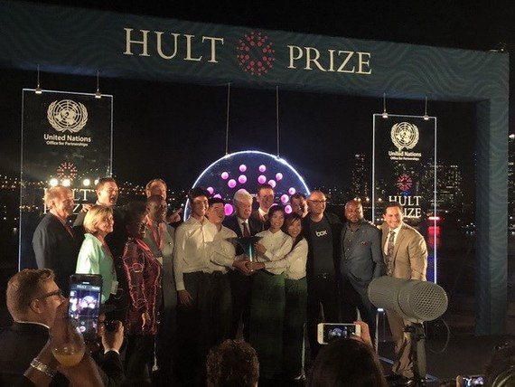 Đội SunRice nhận giải nhất cuộc thi từ cựu Tổng thống Bill Clinton. Ảnh: TTXVN
