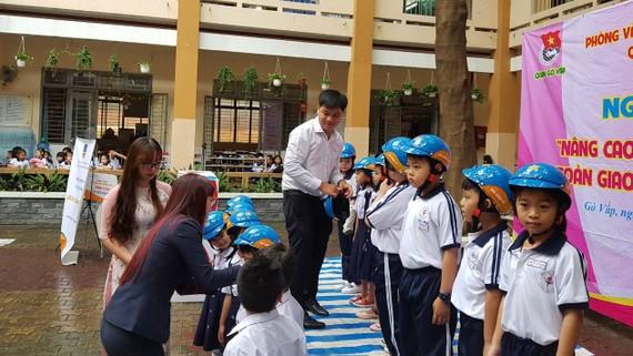Tặng mũ bảo hiểm cho học sinh Trường Trần Văn Ơn