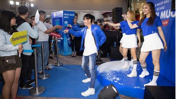 Vũ điệu Rắc muối ngay lập tức được hưởng ứng, một dòng người dài không ngừng lắc lư nhảy theo điệu nhạc.
