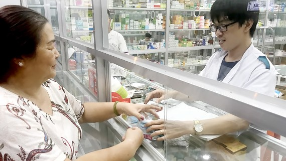 Người dân mua thuốc tại một cửa hàng thuốc trên địa bàn TPHCM.           Ảnh: HOÀNG HÙNG