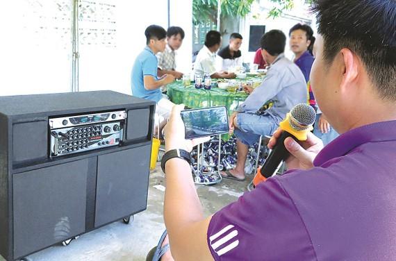 Thuê dàn karaoke hay loa kéo phục vụ tiệc tùng gây nỗi ám ảnh của cư dân đô thị. Ảnh: DŨNG PHƯƠNG