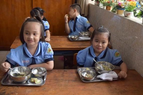 Dinh dưỡng trẻ em lứa tuổi học đường đóng vai trò quan trọng phát triển toàn diện của trẻ
