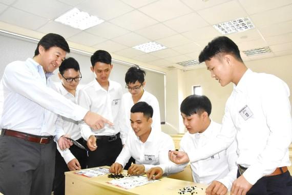 Giảng viên Nhật Bản Tarke Sumor (bìa trái) hướng dẫn các thao tác cho  sinh viên Trường Cao đẳng Kinh tế - Kỹ thuật TPHCM.   Ảnh: QUANG HUY