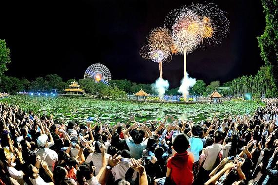 Năm ngoái, màn biểu diễn bắn pháo hoa ở Đầm Sen  thu hút rất đông du khách thưởng lãm