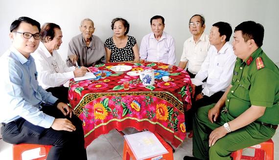 Các vị khách đến thăm nhân sĩ Nguyễn Hữu Hạnh về nhà mới                                       Ảnh: Q.AN