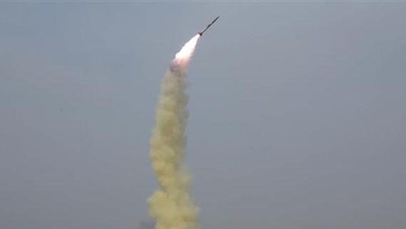 Một vụ thử tên lửa dẫn đường kiểu mới của Triều Tiên tại một địa điểm không xác định. Ảnh: TTXVN