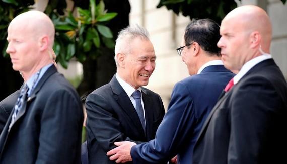 Phó thủ tướng Trung Quốc Lưu Hạc (thứ hai từ trái qua) bắt tay Bộ trưởng Bộ Tài chính Mỹ Steven Mnuchin trước khi bước vào vòng đàm phán thương mại ở Washington, ngày 9-5. Ảnh: REUTERS