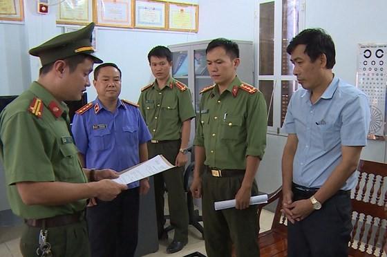 Cơ quan An ninh điều tra Công an tỉnh Sơn La đọc lệnh khởi tố, bắt tạm giam bị can liên quan đến gian lận thi cử