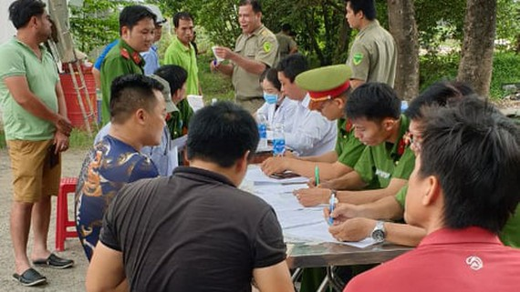 Tổ kiểm tra lập biên bản đối với tài xế dương tính với ma túy. Ảnh: CSGT Công an quận 9 cung cấp