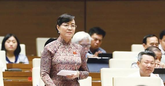 ĐB Nguyễn Thị Quyết Tâm (TPHCM) phát biểu tại hội trường