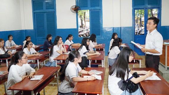 Giám thị hướng dẫn quy chế thi THPT Quốc gia 2019 cho các thí sinh tại điểm thi Trường THPT Trần Khai Nguyên, quận 5, TPHCM. Ảnh: HOÀNG HÙNG