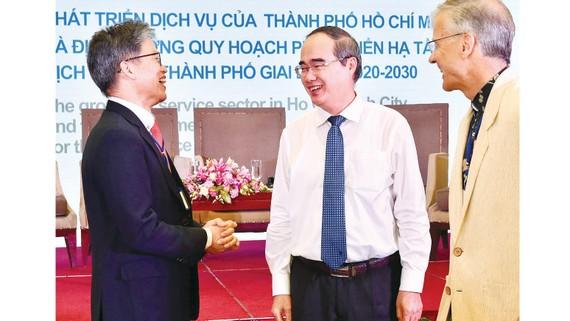 Bí thư Thành ủy TPHCM Nguyễn Thiện Nhân  trao đổi cùng các đại biểu dự hội thảo. Ảnh: VIỆT DŨNG