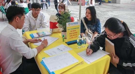 Sinh viên đăng ký xét  tuyển vào Trường ĐH Công nghệ TPHCM