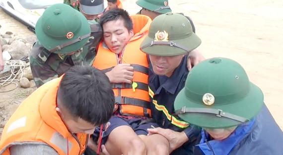 Các lực lượng đang nỗ lực tìm kiếm, cứu nạn người dân  tại bản Sa Ná (xã Na Mèo, Quan Sơn, Thanh Hóa)