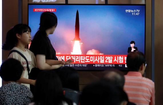 Người dân Hàn Quốc theo dõi thông tin về vụ phóng tên lửa của Triều Tiên tại Seoul ngày 31-7. Ảnh: REUTERS