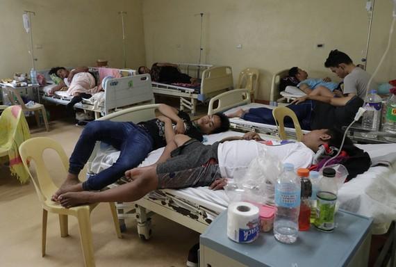Bệnh nhân điều trị sốt xuất huyết tại Philippines. Ảnh: AP
