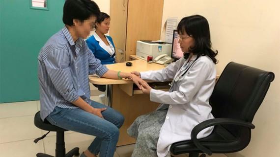 Bác sĩ Cao Thanh Ngọc đang thăm khám cho bệnh nhân bị loãng xương