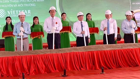 Chủ tịch UBND TPHCM Nguyễn Thành Phong cùng các đại biểu thực hiện nghi thức  khởi công xây dựng nhà máy chuyển đổi công nghệ đốt rác phát điện.