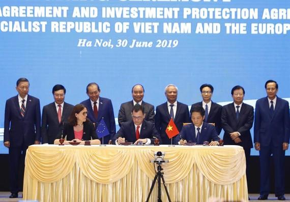 Thủ tướng Nguyễn Xuân Phúc chứng kiến ký Hiệp định Thương mại tự do giữa Việt Nam và Liên minh châu Âu. Ảnh: TTXVN