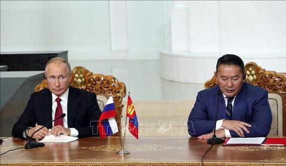 Tổng thống Mông Cổ Khaltmaagiin Battulga (phải) và Tổng thống Nga Vladimir Putin trong cuộc gặp tại Ulan Bator, Mông Cổ, ngày 3-9-2019. Ảnh: TTXVN