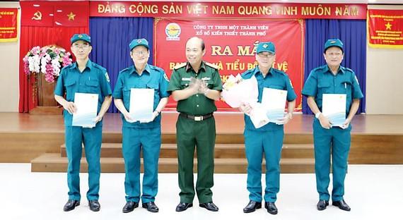 Đồng chí Thượng tá Tăng Văn Hùng, Phó tham mưu trưởng, Bộ Tư lệnh TPHCM trao quyết định bổ nhiệm cho các đồng chí trong Ban chỉ huy quân sự công ty