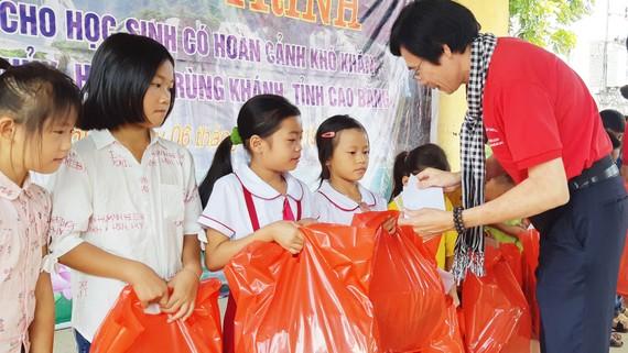 Phó Tổng Biên tập Báo SGGP Phạm Văn Trường trao quà học sinh nghèo