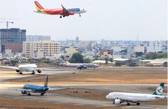Nhiều chuyến bay xếp hàng chờ cất cánh tại sân bay Tân Sơn Nhất. Ảnh: M.Đ