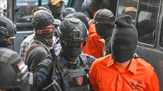 Cảnh sát Indonesia bắt giữ các nghi can khủng bố có liên hệ với tổ chức Nhà nước Hồi giáo (IS) tự xưng, tại Jakarta ngày 17-5-2019. Ảnh: TTXVN