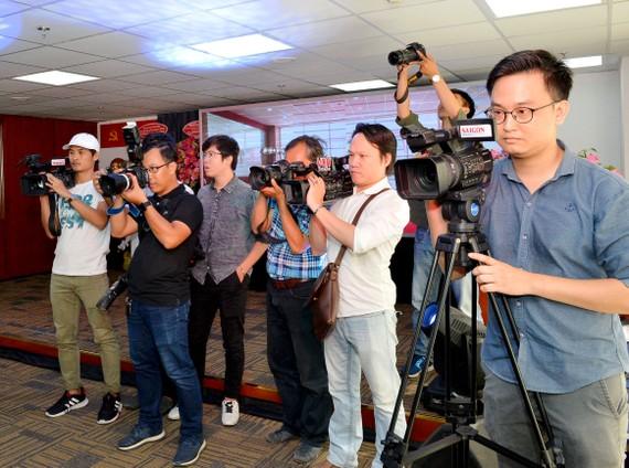 Các phóng viên tác nghiệp trong ngày khánh thành Trung tâm Báo chí TPHCM. Ảnh: VIỆT DŨNG