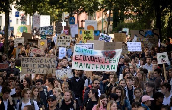 Người dân tuần hành kêu gọi hành động ngăn chặn biến đổi khí hậu tại Lausanne, Thụy Sĩ ngày 27-9-2019. Nguồn: TTXVN