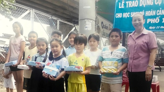 Dì Năm trao quà cho các em học sinh nghèo